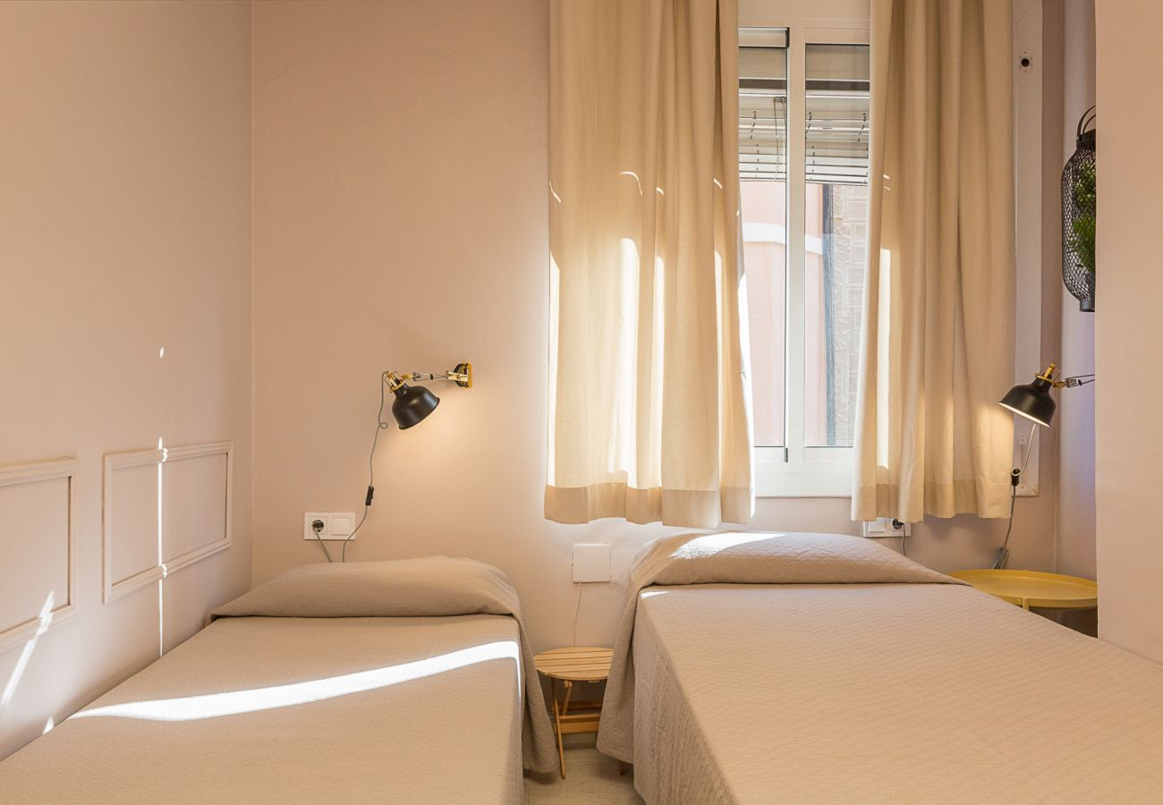 room with two single beds in plaza españa barcelona