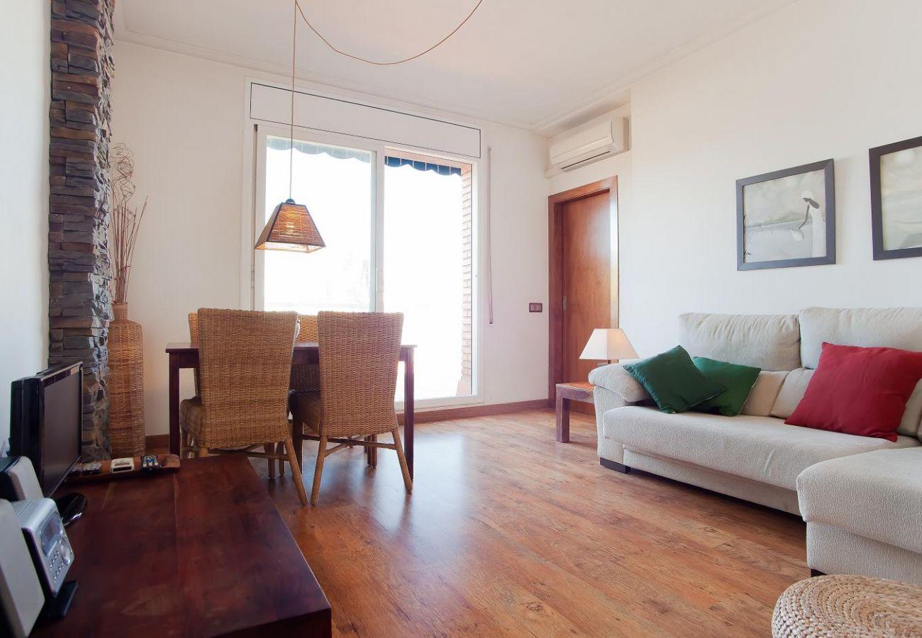 Espaçosa sala de estar com acesso ao terraço com vista para a Sagrada Família em Barcelona