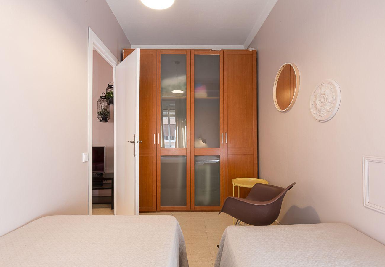 habitación con dos camas individuales en plaza españa barcelona