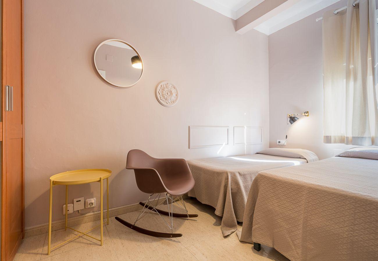 chambre à l'extérieur avec deux lits simples dans l'appartement plaza españa Barcelone